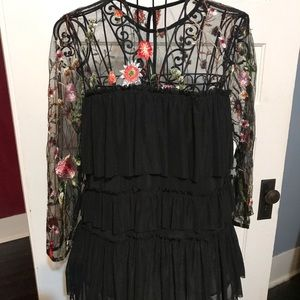 ENTRO size M Black Tiered Blouse